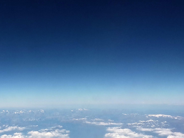 Über den Wolken in der Emirates Premium Economy Class